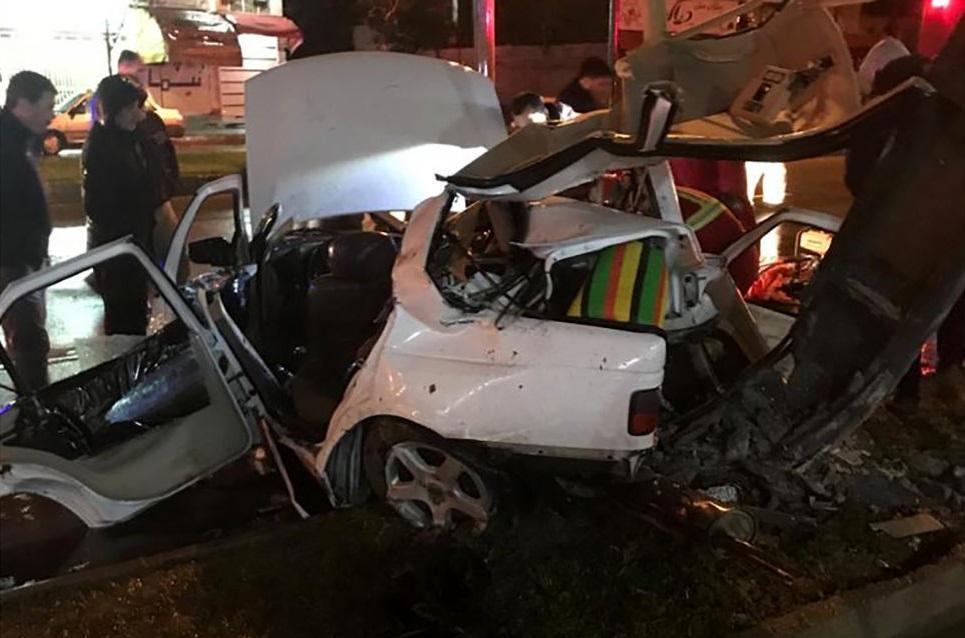 برخورد شدید خودروی سواری پژو با تیر چراغ برق، 2 نفر جان باختند